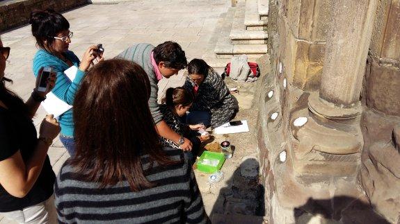 Alumnos de la Escuela de Arte analizan el estado de la piedra de la fachada principal de la iglesia de San Antonio de Padua